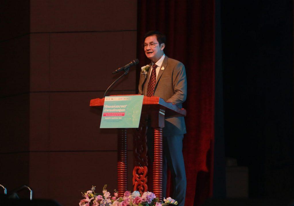รศ.ดร.จักษ์ พันธ์ชูเพชร ผู้แทนรัฐมนตรีว่าการ กระทรวงการอุดมศึกษา วิทยาศาสตร์ วิจัยและนวัตกรรม